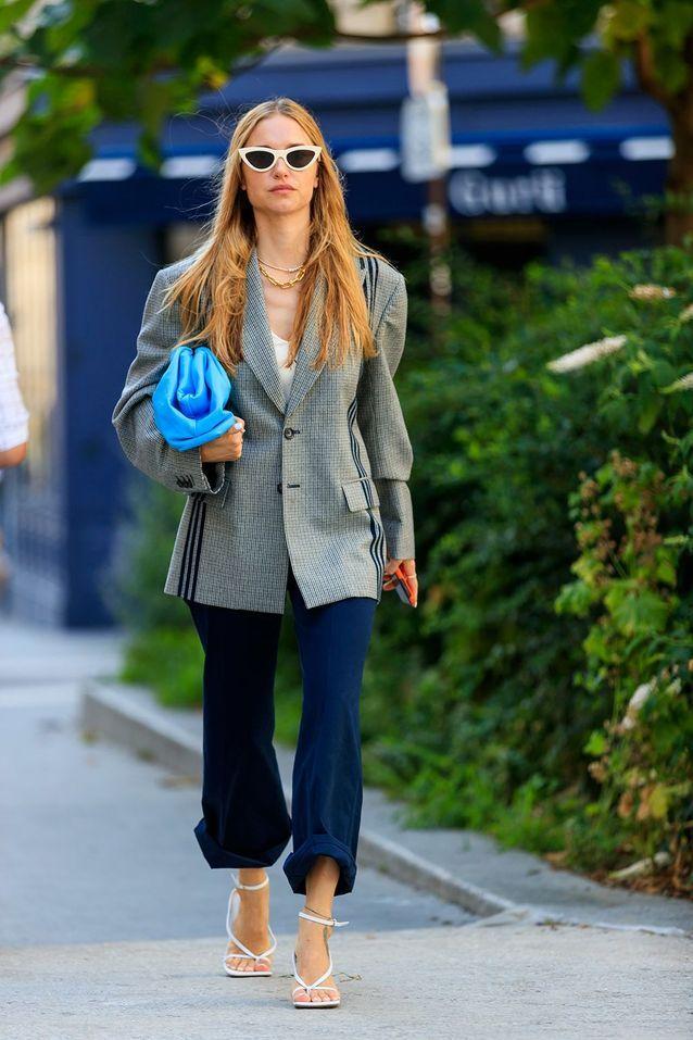 Un blazer XXL à carreaux avec des sandales à bout carré