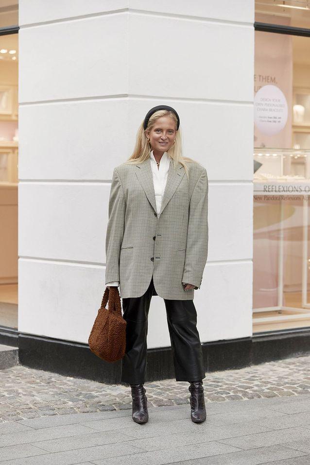 Un blazer XXL à carreaux avec un pantalon en cuir