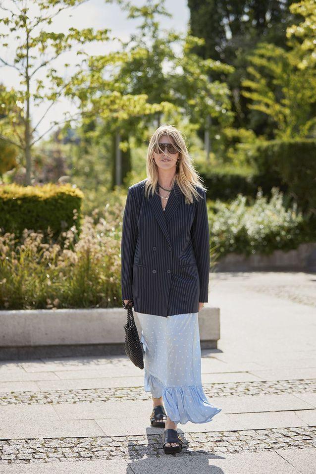 Un blazer XXL à rayures porté avec une jupe fluide