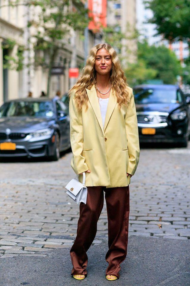 Un blazer XXL avec un pantalon en soie