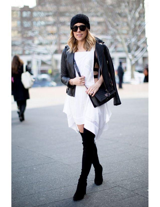 Avec une robe blanche romantique