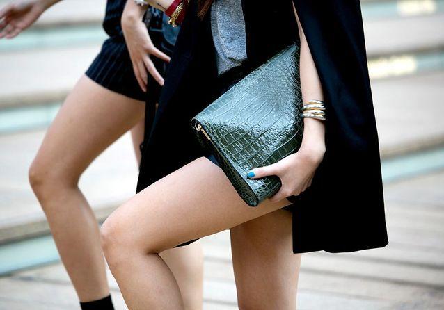La pochette, l'accessoire qui donne du style aux filles de la rue