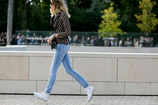 Lookée en baskets avec un joli jean Street style : lookées