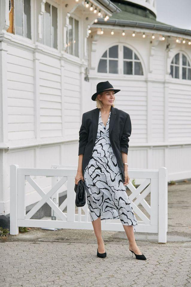 Un blazer oversize porté avec une robe imprimée
