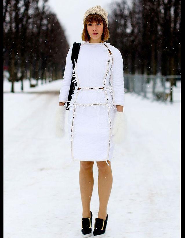 0714f2284add7 Street style : comment être chic sous la neige ? Robe blanche ...