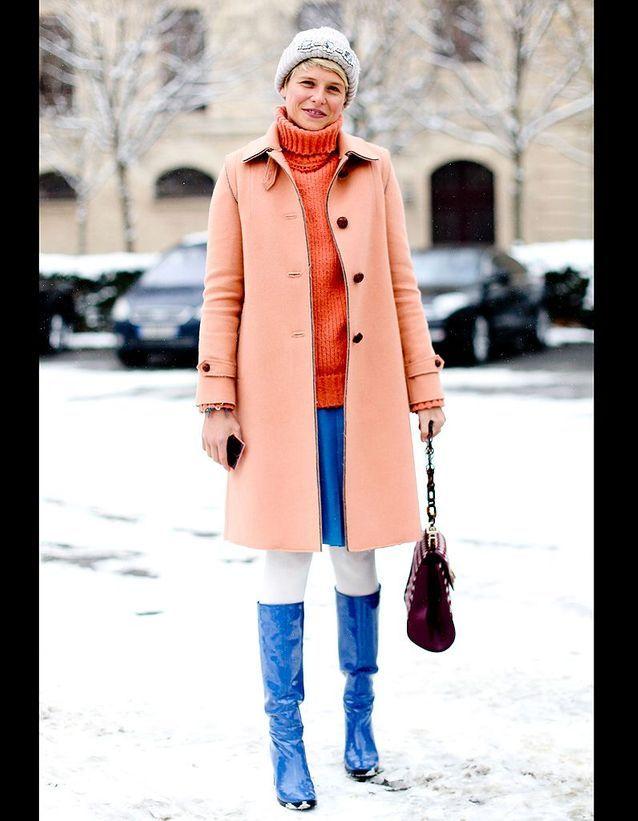 b33c0426812b2 Street style : comment être chic sous la neige ? Tenue rose et bleue ...