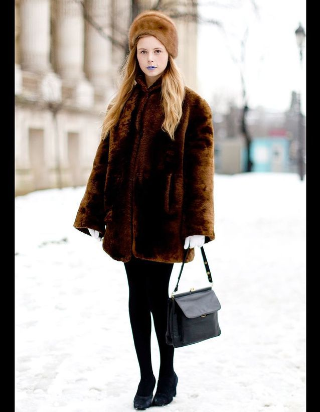 65bd64f30fef6 Street style : comment être chic sous la neige ? Total look fourrure ...