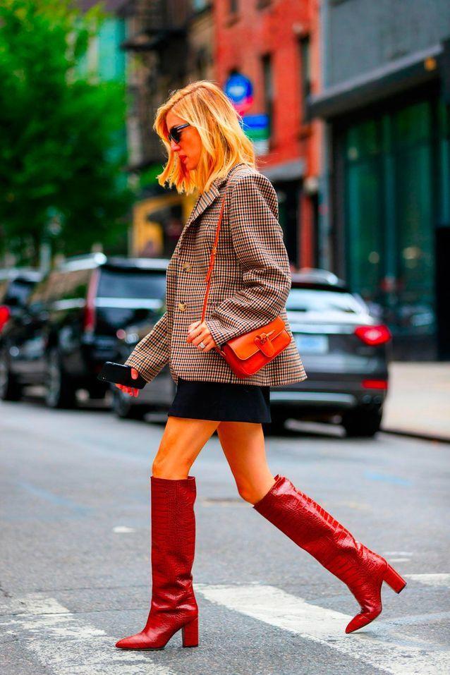 Des bottes seventies avec une mini jupe et une veste de blazer
