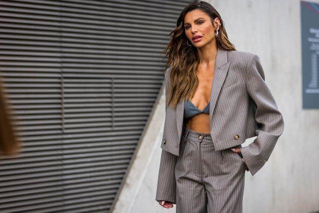 Fashion Week de Londres : une veste de blazer ouverte sur une brassière
