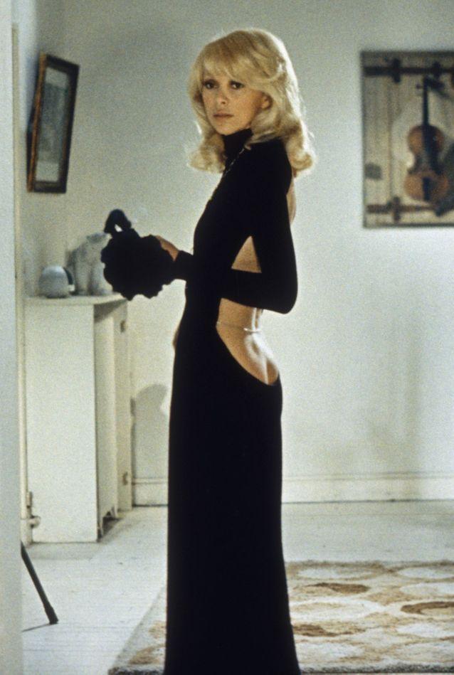 Mireille Darc et sa robe noire décolletée