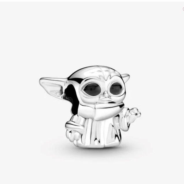 Un Baby Yoda au poignet