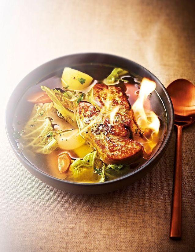 Bouillon de pot-au-feu et foie gras flambé