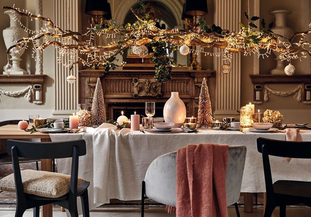 Une déco de table de Noël qui utilise petite déco de tous les jours et décorations de Noël