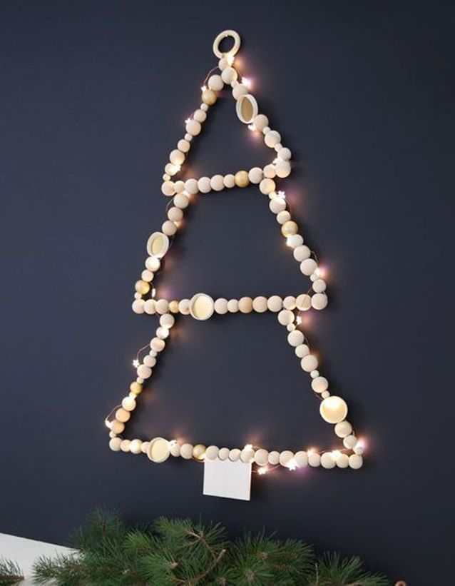 Un Sapin De Noël En Bois Avec Des Perles