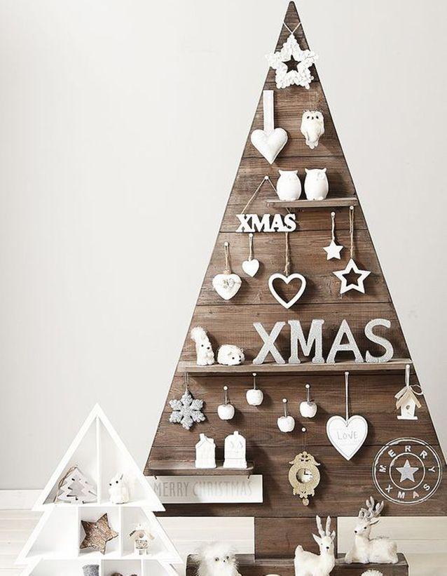 Un Sapin De Noël En Bois Avec Tablettes