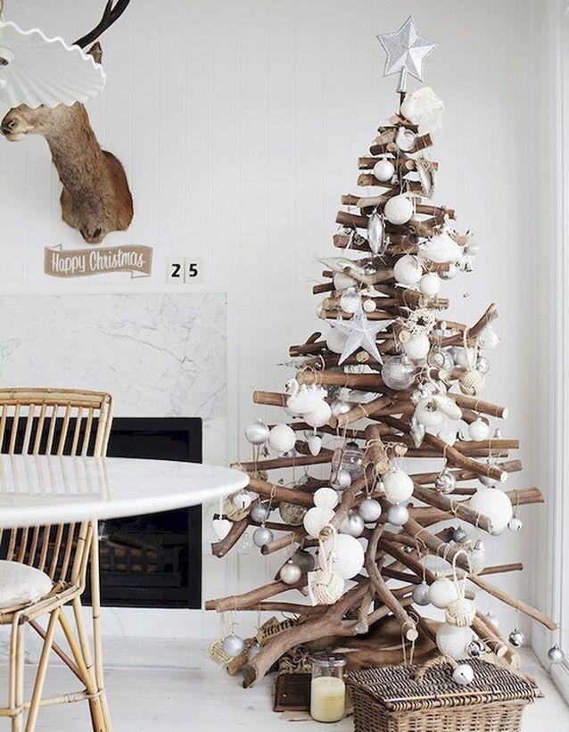 Un sapin de Noël en bois décoré comme un vrai