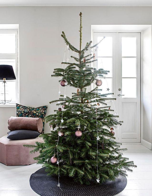 Sapin de Noël avec des guirlandes disposées de haut en bas de l'arbre