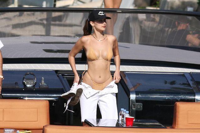 En balade sur un yatch, Bella Hadid a opté pour un bikini nude