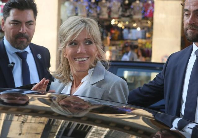 Brigitte Macron : rayonnante en pleine Fashion week en veste grise et escarpins python