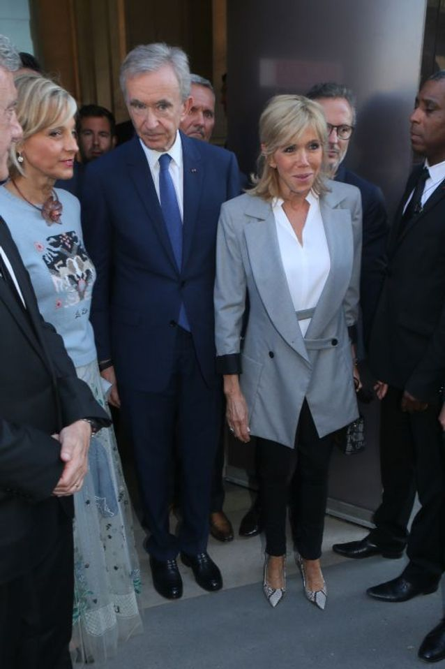 Brigitte Macron sort du vernissage de l'exposition Dior