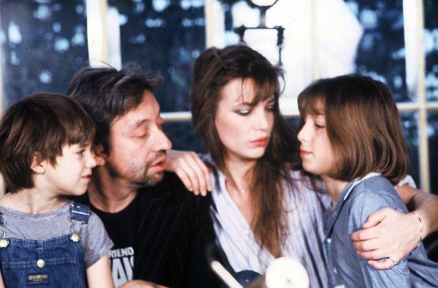 Serge Gainsbourg et Jane Birkin avec leurs filles Kate Barry (à droite) et Charlotte (à gauche)
