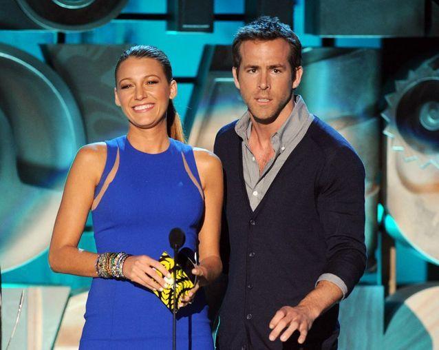 Blake Lively et Ryan Reynolds sur la scène des MTV Movie Awards, en 2011
