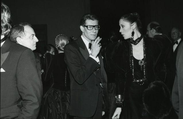 Pierre Bergé, Yves Saint Laurent et sa muse Marina Schiano, en 1980
