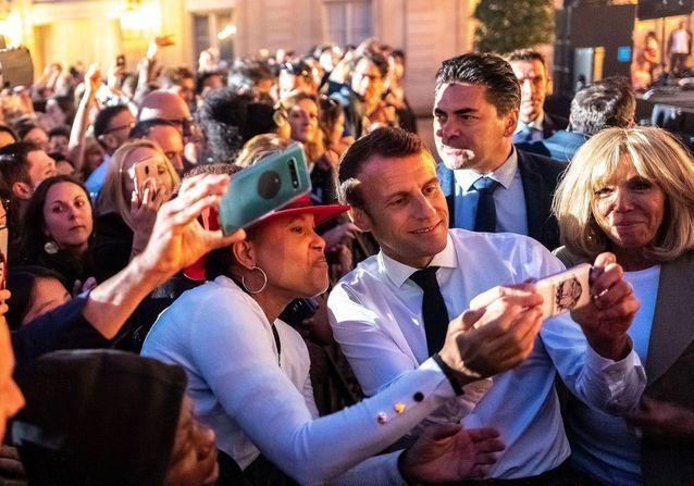 Emmanuel et Brigitte Macron : survoltés à l'Elysée pour la fête de la musique aux côtés d'Elton John