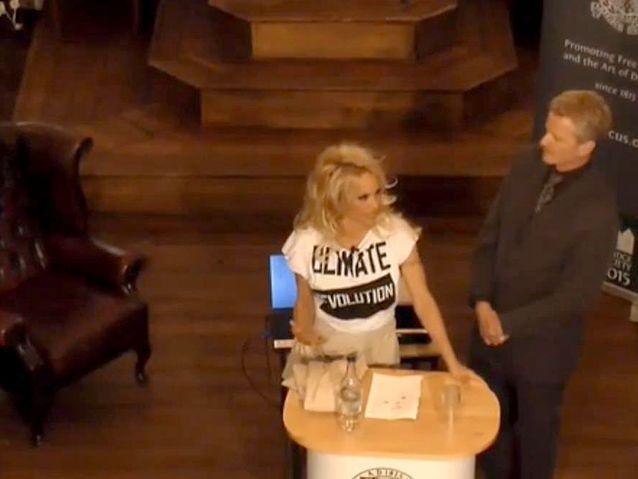 Pamela Anderson parle à Cambridge
