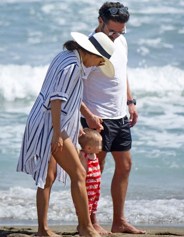 José Antonio Baston, Eva Longoria et leur fils Santiago à la plage