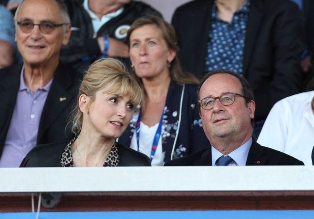 François Hollande et Julie Gayet encouragent les Bleues avant le coup d'envoi de la Coupe du Monde