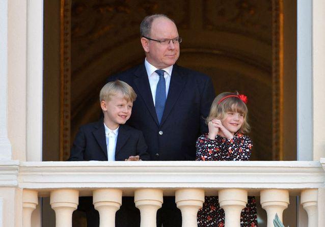Jacques et Gabriella de Monaco : duo malicieux au balcon du palais princier