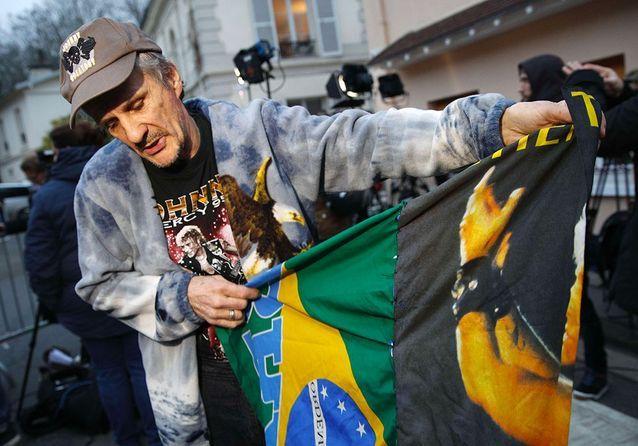Johnny Hallyday : devant sa maison de Marnes-la-Coquette, l'émotion de la foule