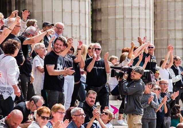 Johnny Hallyday : les fans rassemblés à la Madeleine pour les 75 ans du rockeur