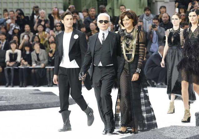 Avec Karl Lagerfeld et Inès de la Fressange, le final d'un défilé Chanel