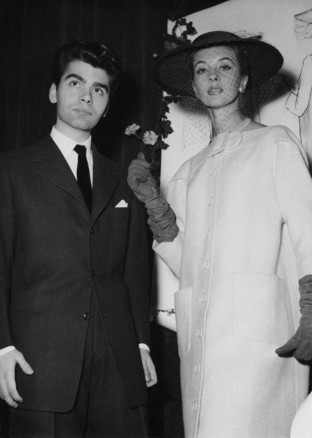 Karl Lagerfeld gagne son premier concours de mode, ici avec sa création en  1954