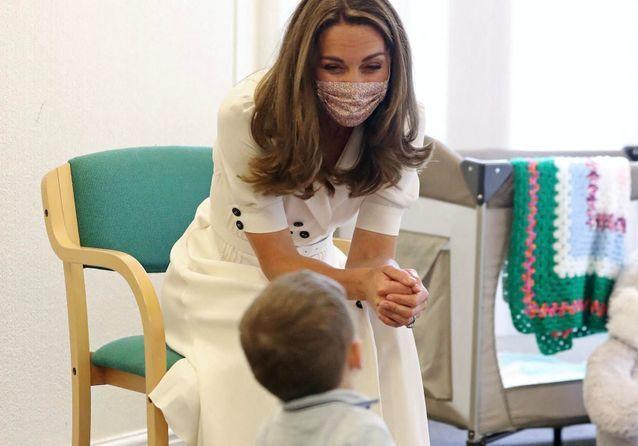 Kate Middleton : élégante et masquée, elle vient en aide aux familles dans le besoin