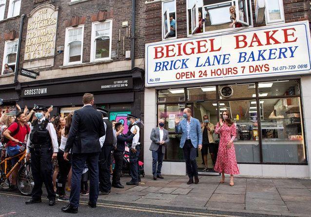 Will et Kate devant la boulangerie Beigel Bake