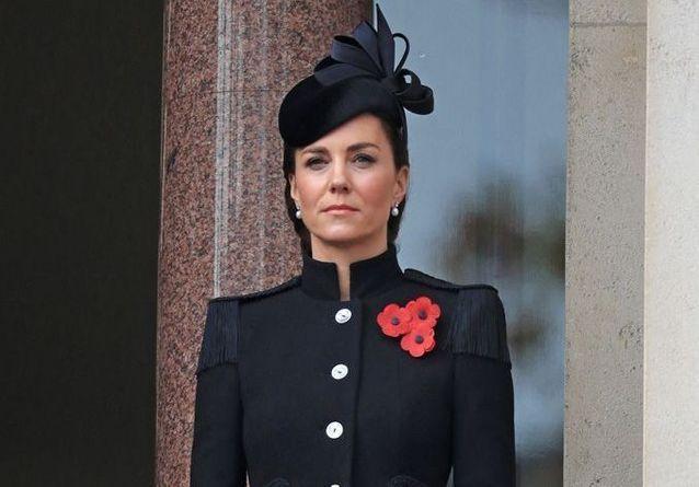 Kate Middleton sobre et élégante face à Camilla et Elizabeth II pour honorer les soldats