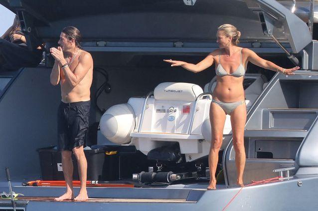 Kate Moss prend du bon temps à bord d'un yacht