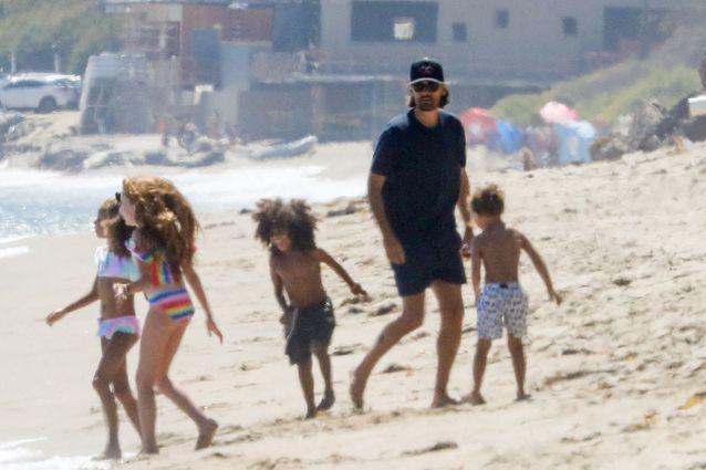 Scott Disick s'amuse sur la plage de Malibu avec ses enfants et les enfants de Kim Kardashian en compagnie de A. Rae à Los Angeles