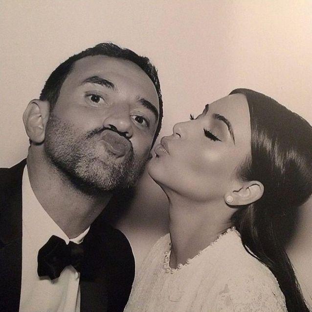 Kim Kardashian embrasse Riccardo Tisci, créateur de sa robe