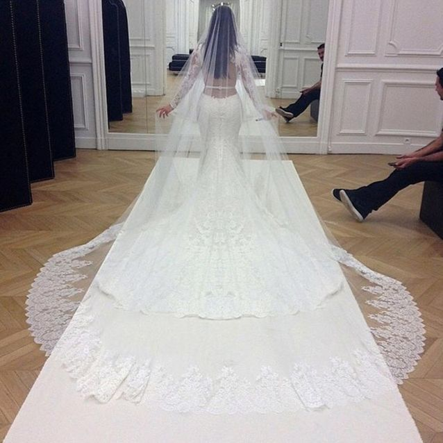La robe de Kim signée Givenchy - Kim Kardashian et Kanye West : toutes les photos du mariage - Elle