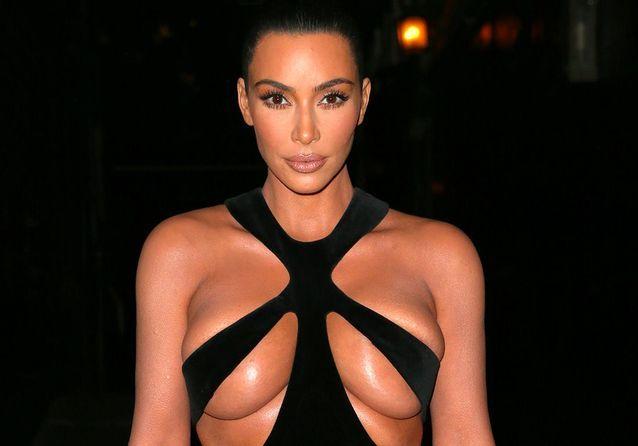 Kim Kardashian fait le buzz dans sa robe au décolleté incroyable