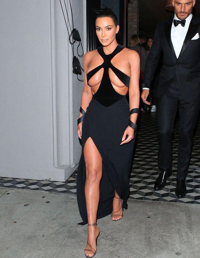 Kim Kardashian arrive aux Hollywood Beauty Awards