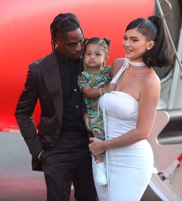 Kylie Jenner, Travis Scott et leur fille Stormi prennent la pose sur le tapis rouge