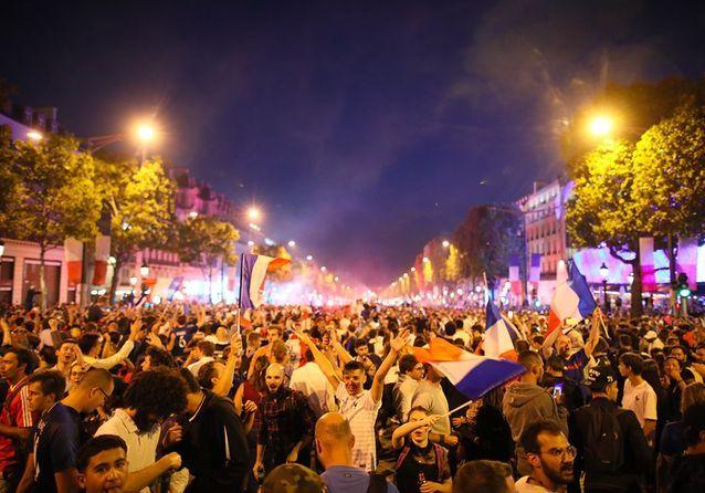 La folie sur les Champs-Elysées : les Français célèbrent les champions du monde !