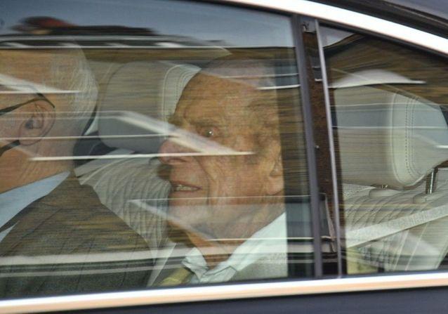 Le prince Philip a quitté l'hôpital et apparaît pour la première fois devant les photographes