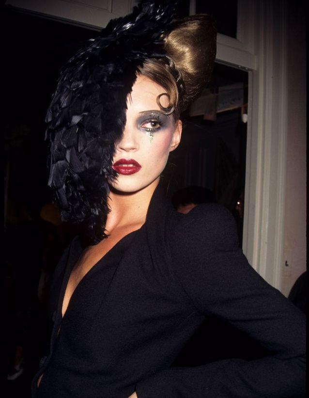 Dans les coulisses du défilé John Galliano, à New York, en février 1995.