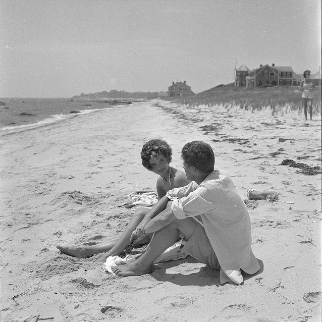 Jackie et John Fitzgerald Kennedy, Hyannis Port (Massachusetts), 1953